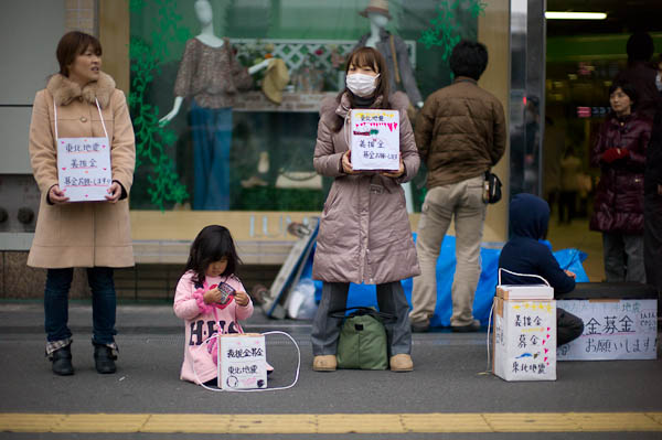 17 collecting money Inside Tokyo: One Photographers View