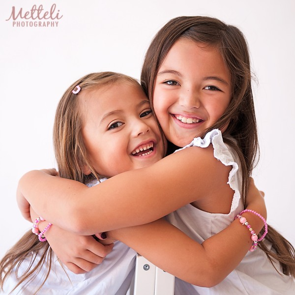 Children-hugging-and-smiling-in-your-photography-sessions