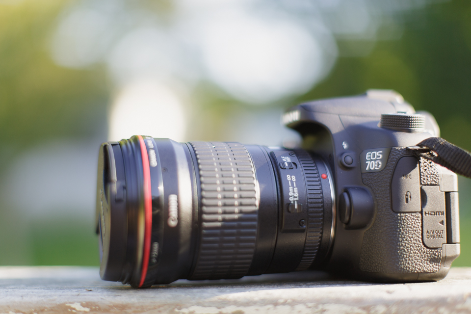 Image of DSLR and lens showing the autofocus switch
