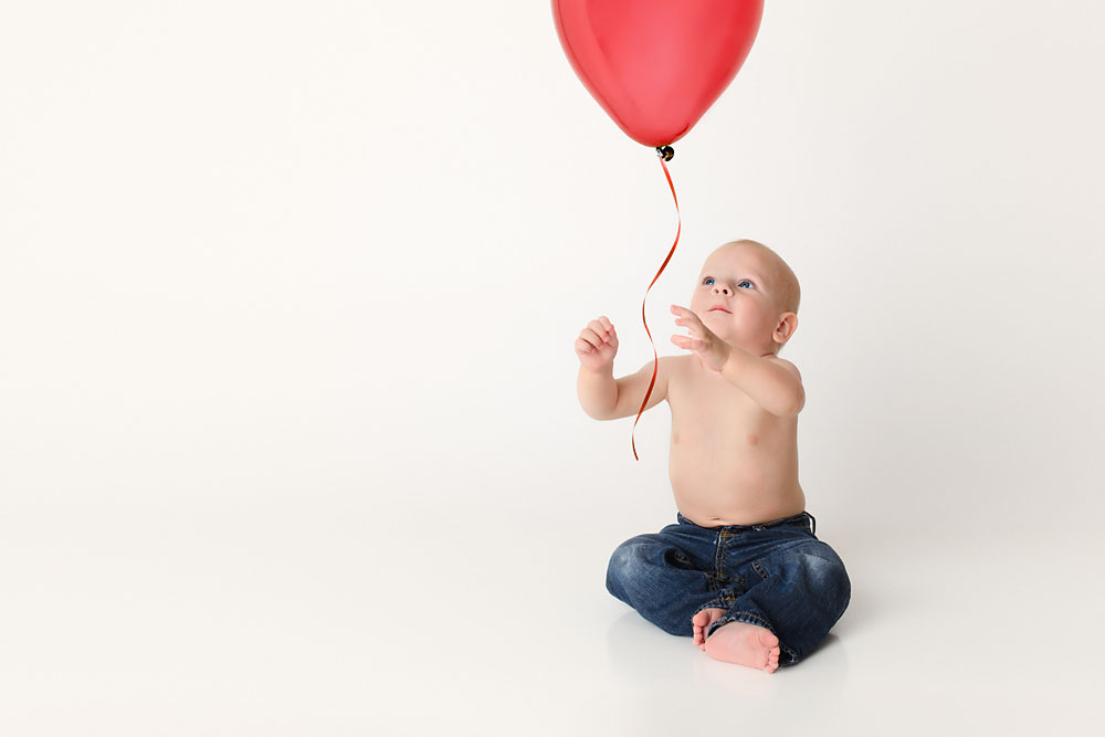 One year portrait with baby and balloon