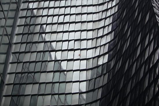 "glass-building Seokmin Ko's art photos of subjects behind ""The Square"" mirror Exposure"