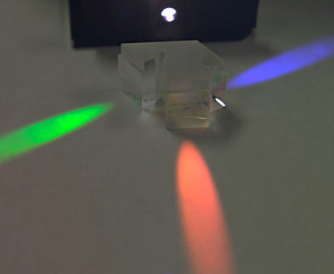light-splitting-prism Apple three-sensor technology patented for smartphones Rumors