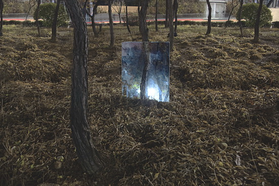 "mirror-at-night Seokmin Ko's art photos of subjects behind ""The Square"" mirror Exposure"