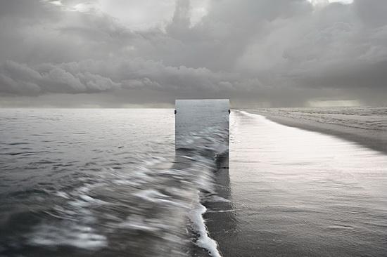 "mirror-at-sea Seokmin Ko's art photos of subjects behind ""The Square"" mirror Exposure"