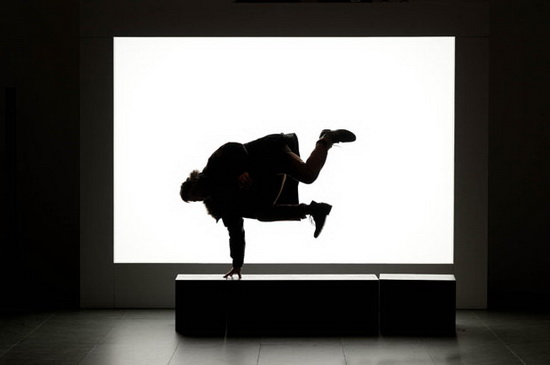 silhouette-photography-monster-break-dancing Silhouette photography of people making shadow monsters in a musem Exposure